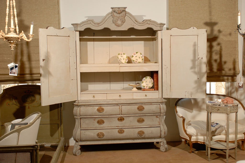 Dutch Rococo 1790s Painted Linen Press with Carved Crest, Doors and Bombé Chest For Sale 4