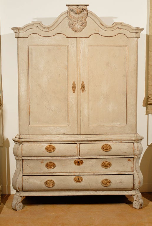 Dutch Rococo 1790s Painted Linen Press with Carved Crest, Doors and Bombé Chest For Sale 5