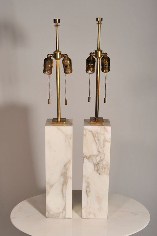 A pair of Minimalist tables lamps in Calcutta Gold marble with brass fittings by T.H. Robsjohn-Gibbings for Hansen. American, circa 1950.