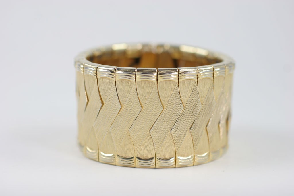 Nicely made goldtone woven bracelet with a safety clasp.