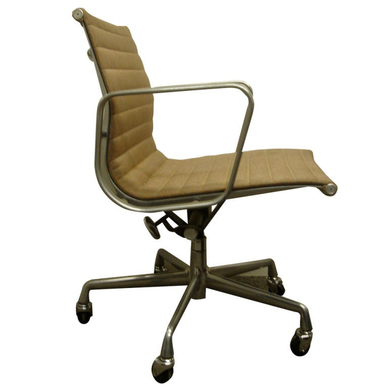 vintage aluminum group desk chair by herman miller in com col at
