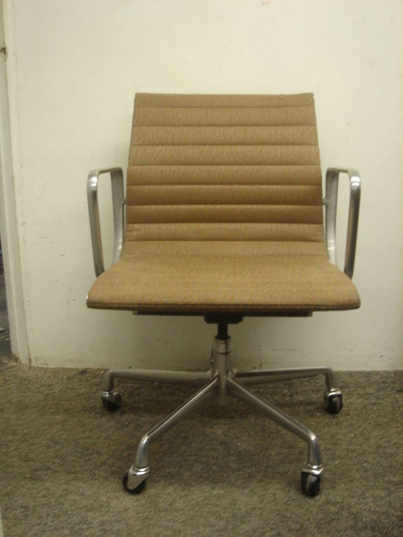 vintage aluminum group desk chair by herman miller in com col image
