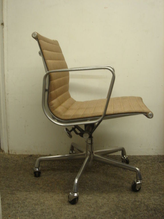 this vintage aluminum group desk chair by herman miller in com col