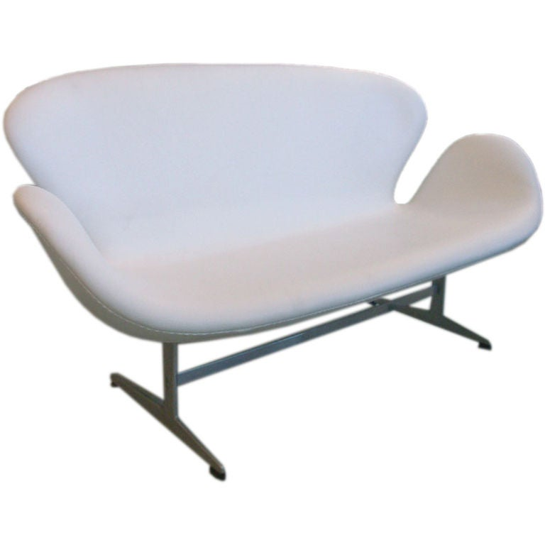 Arne Jacobsen Swan Settee in White Leather
