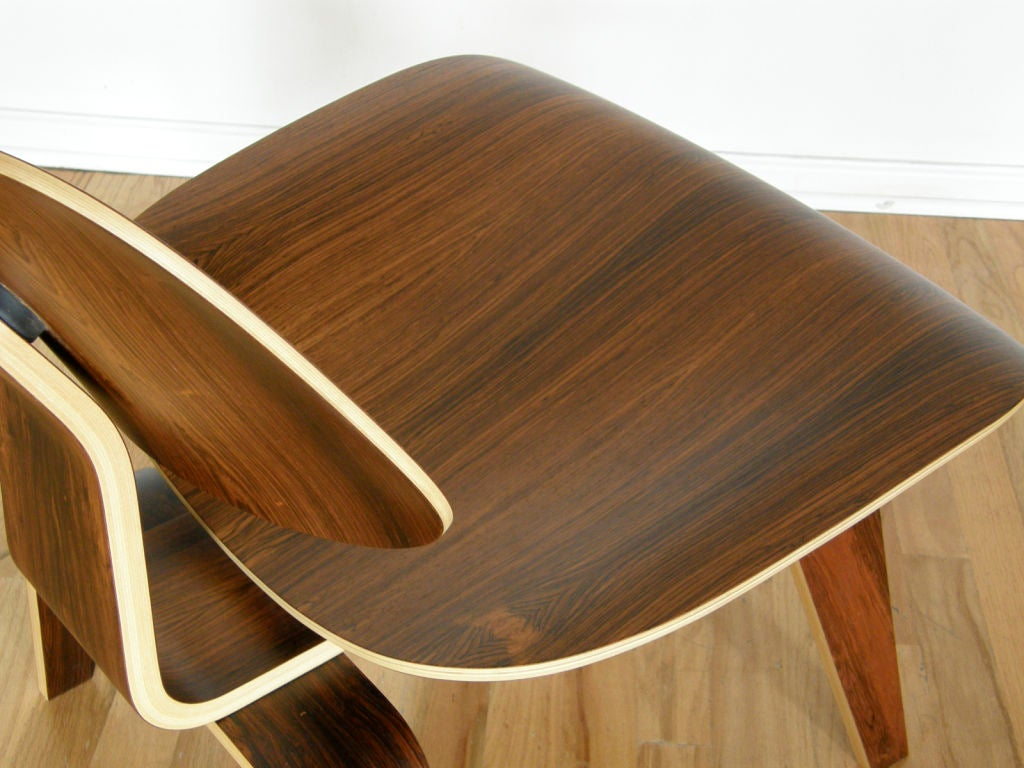 Charles Eames rosewood lounge chair In Excellent Condition For Sale In Chicago, IL