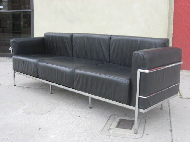a black leather three seat lc3 le corbusier sofa at 1stdibs. Black Bedroom Furniture Sets. Home Design Ideas