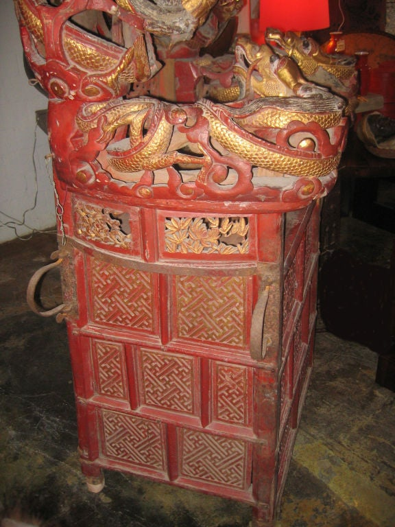 Intricately Carved Chinese Sedan Chair with Intertwined Dragons For Sale 1