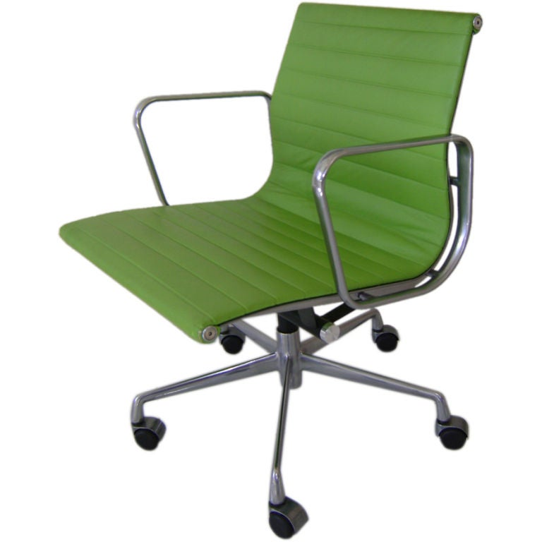 Eames Aluminum Group Swivel Desk Chair In Green Leather