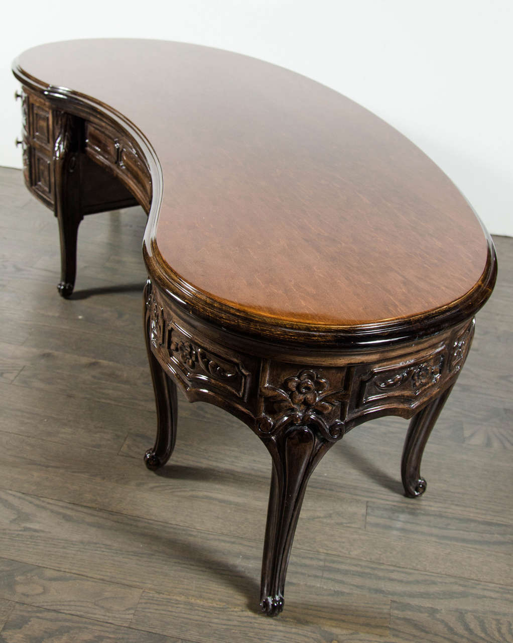 Elegant 1940s Hollywood Kidney Shaped Cocktail Table with Hand-Carved Detailing In Excellent Condition For Sale In New York, NY