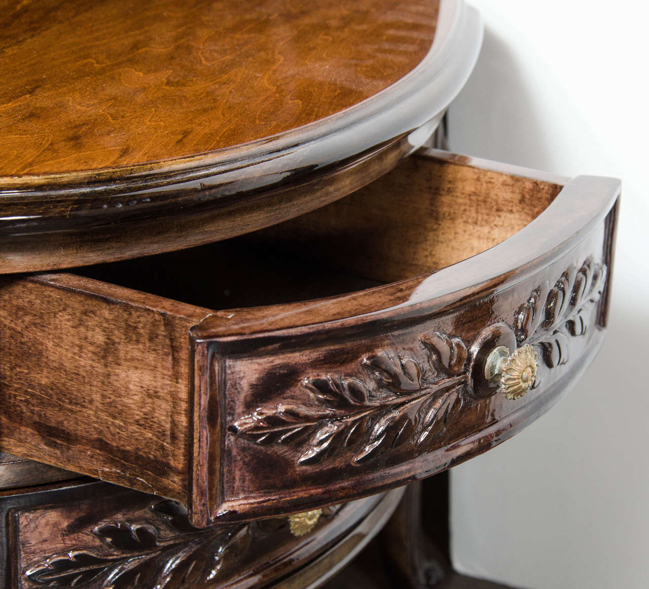 Elegant 1940s Hollywood Kidney Shaped Cocktail Table with Hand-Carved Detailing For Sale 2