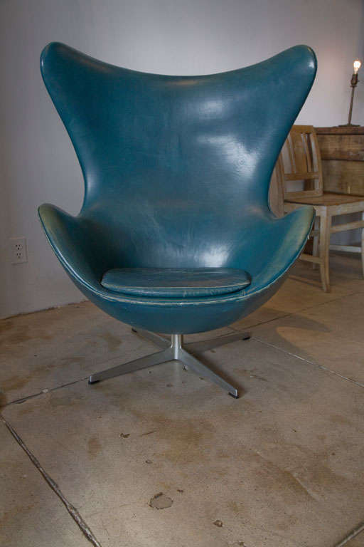 a vintage arne jacobsen egg chair in original bluish leather at 1stdibs. Black Bedroom Furniture Sets. Home Design Ideas