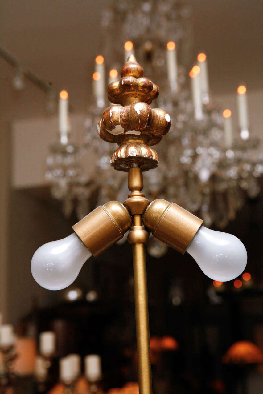 Pair of French Gold Gilded Column Lamps In Distressed Condition For Sale In Los Angeles, CA