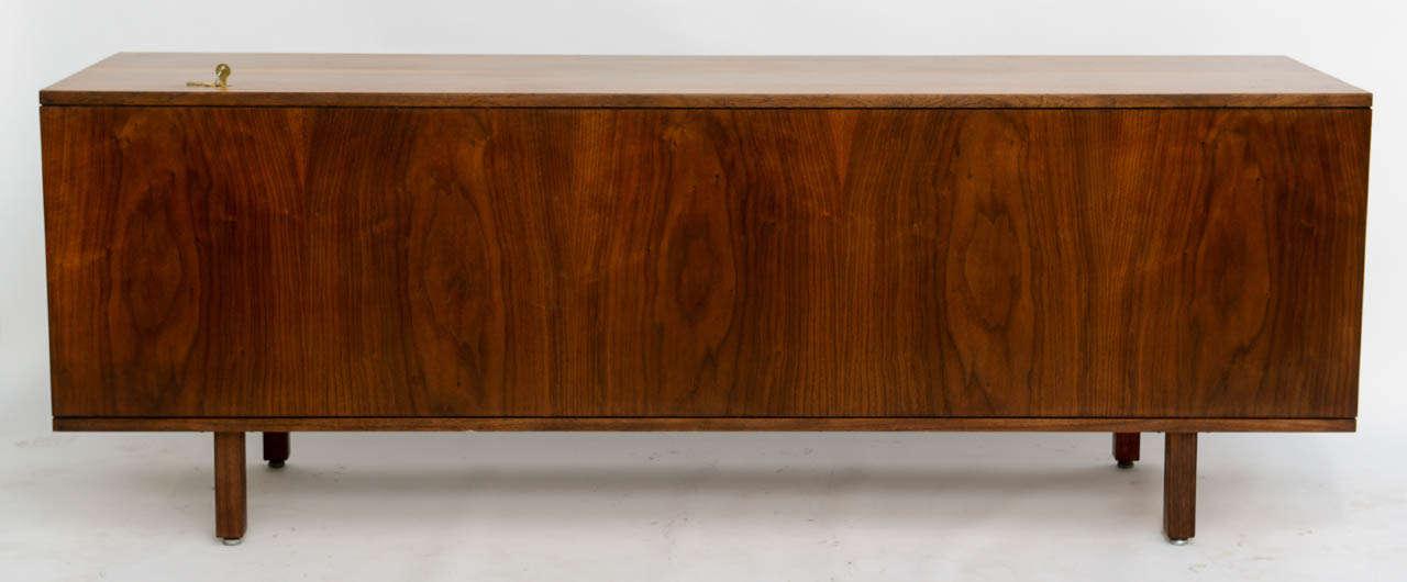 Smart Jens Risom Modern Walnut Long Four-Door Credenza Sideboard 1960s For Sale 3