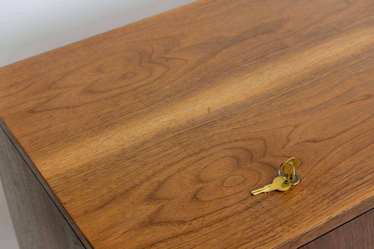 Smart Jens Risom Modern Walnut Long Four-Door Credenza Sideboard 1960s For Sale 4