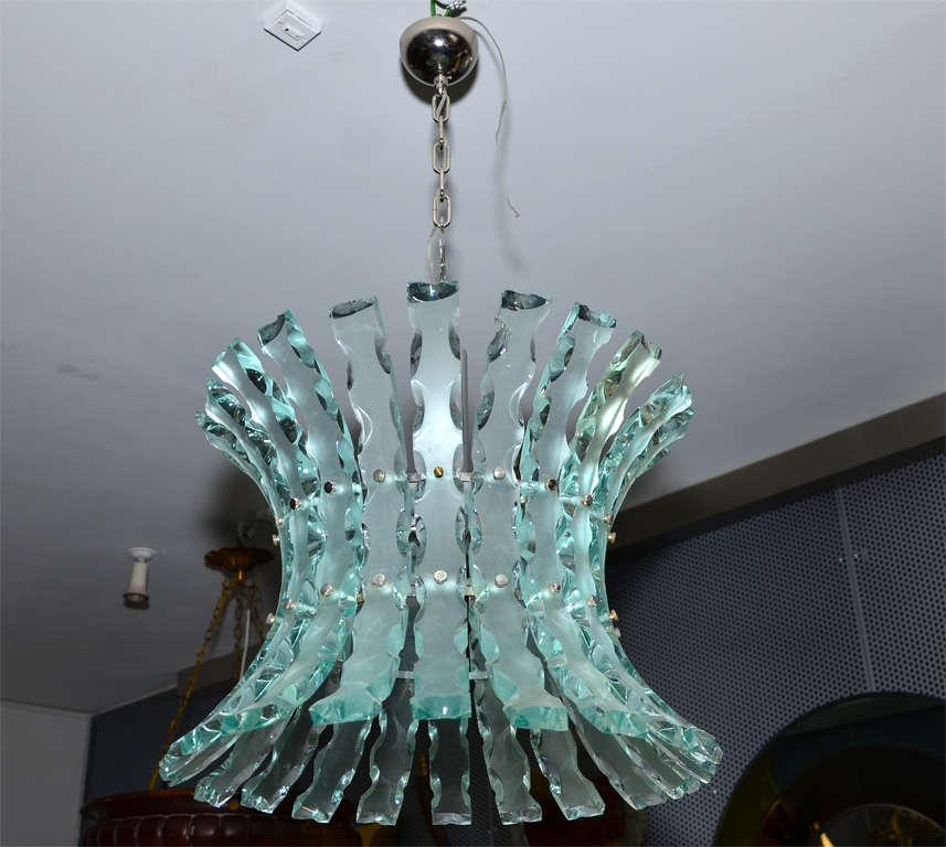 Fantastic chandelier in the style of Fontana Arte in broken glass with five lights.