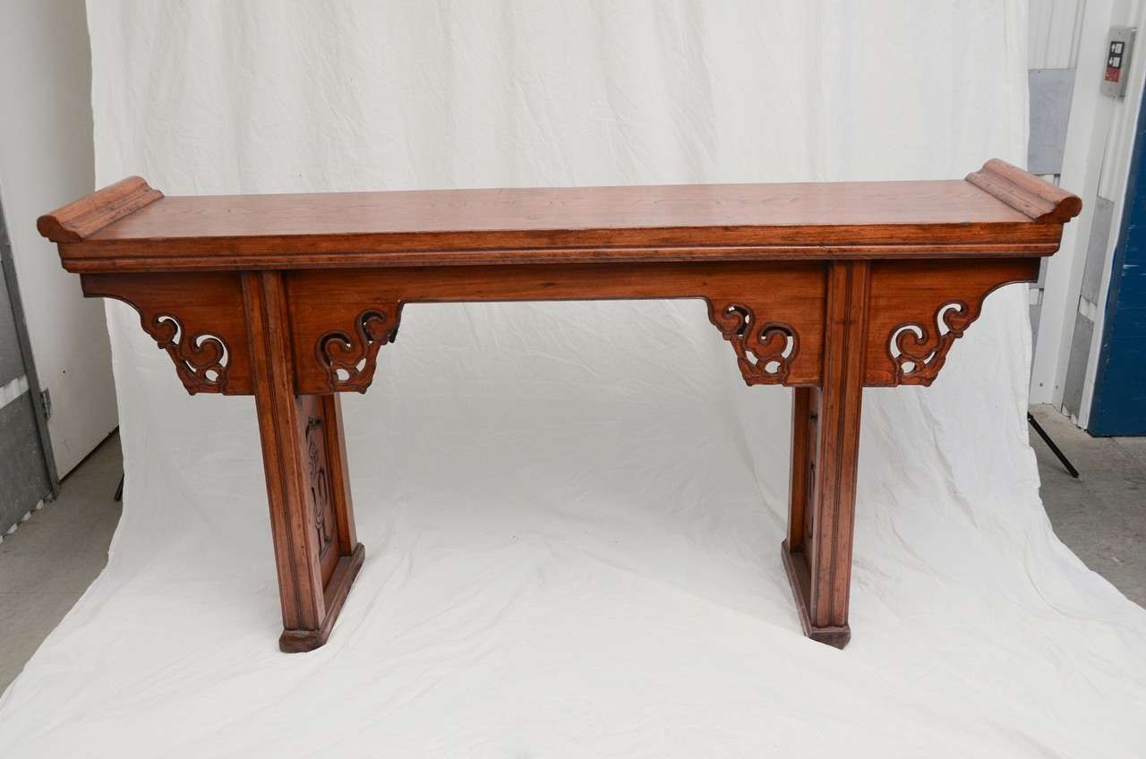 Early 19th century Qing dynasty Jiangsu scrolled top altar table.