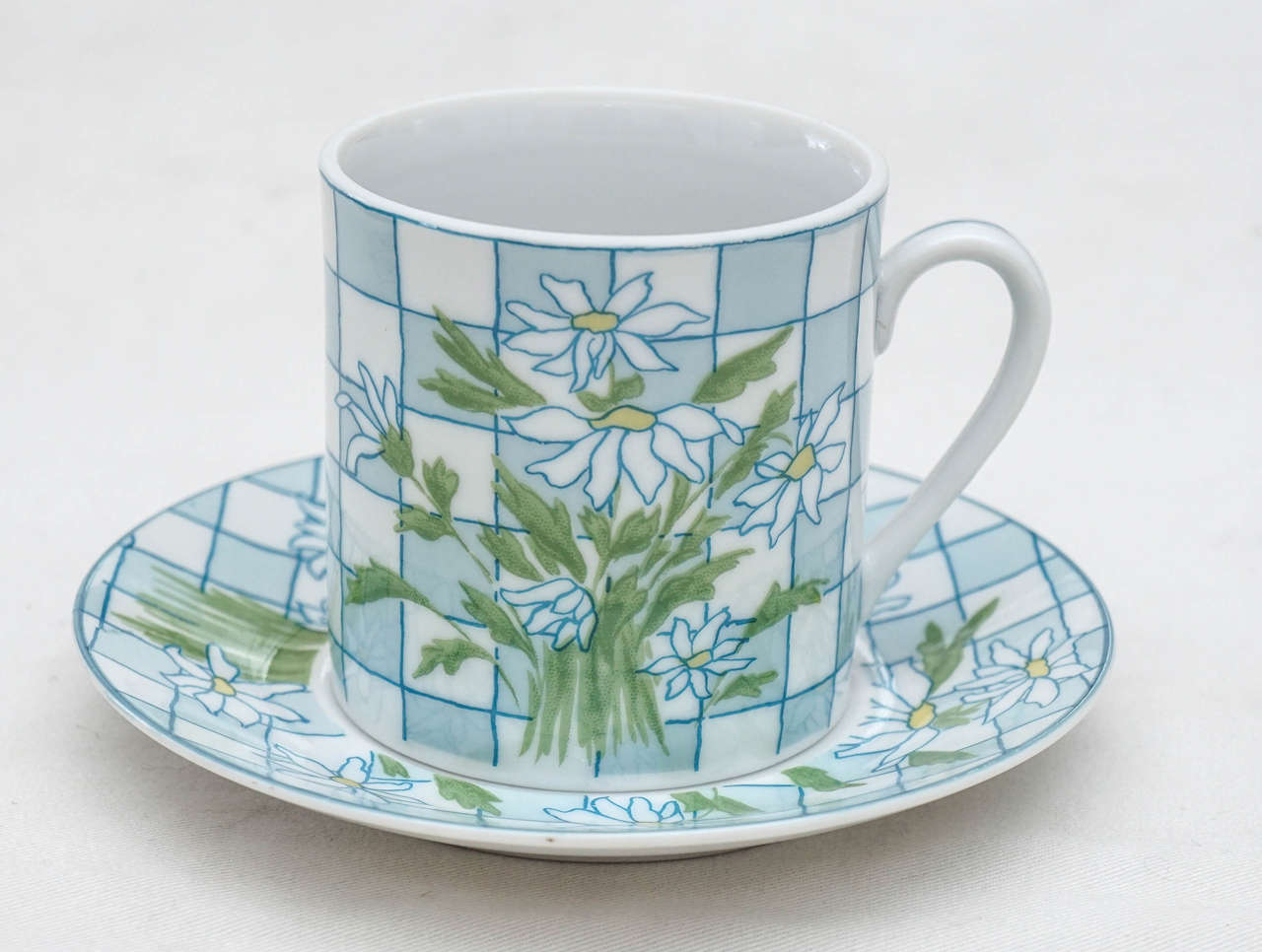 Daisies and Checkerboard Decorated Porcelain Breakfast Set In Excellent Condition For Sale In Hudson, NY