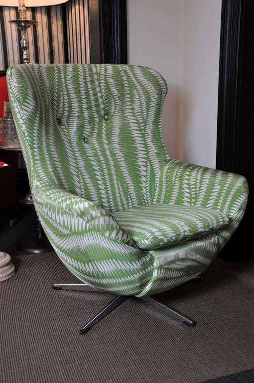 cool vintage 39 egg 39 chair in green and white soft swirl fabric at 1stdibs. Black Bedroom Furniture Sets. Home Design Ideas