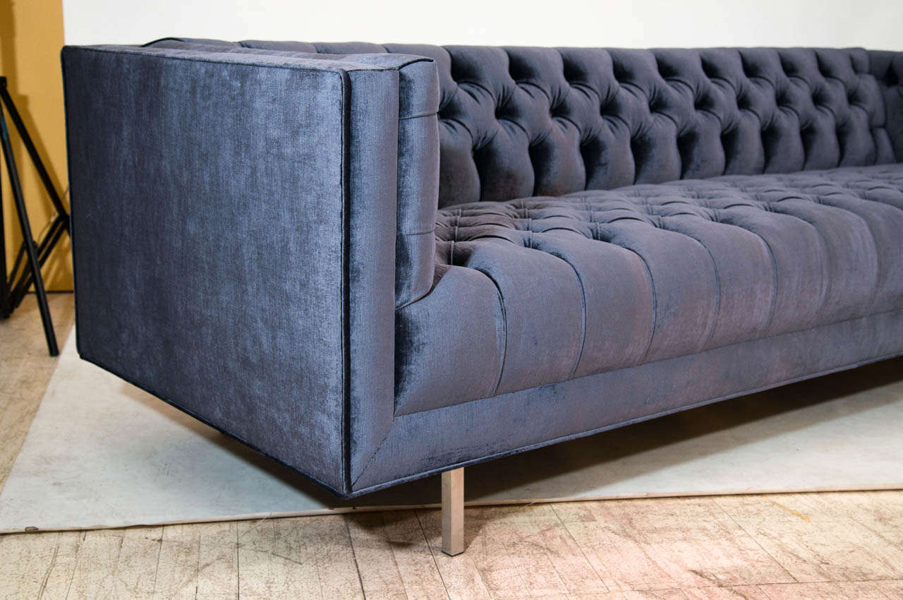 Elegant Modern Tufted Velvet Sofa In Good Condition For Sale In New York, NY