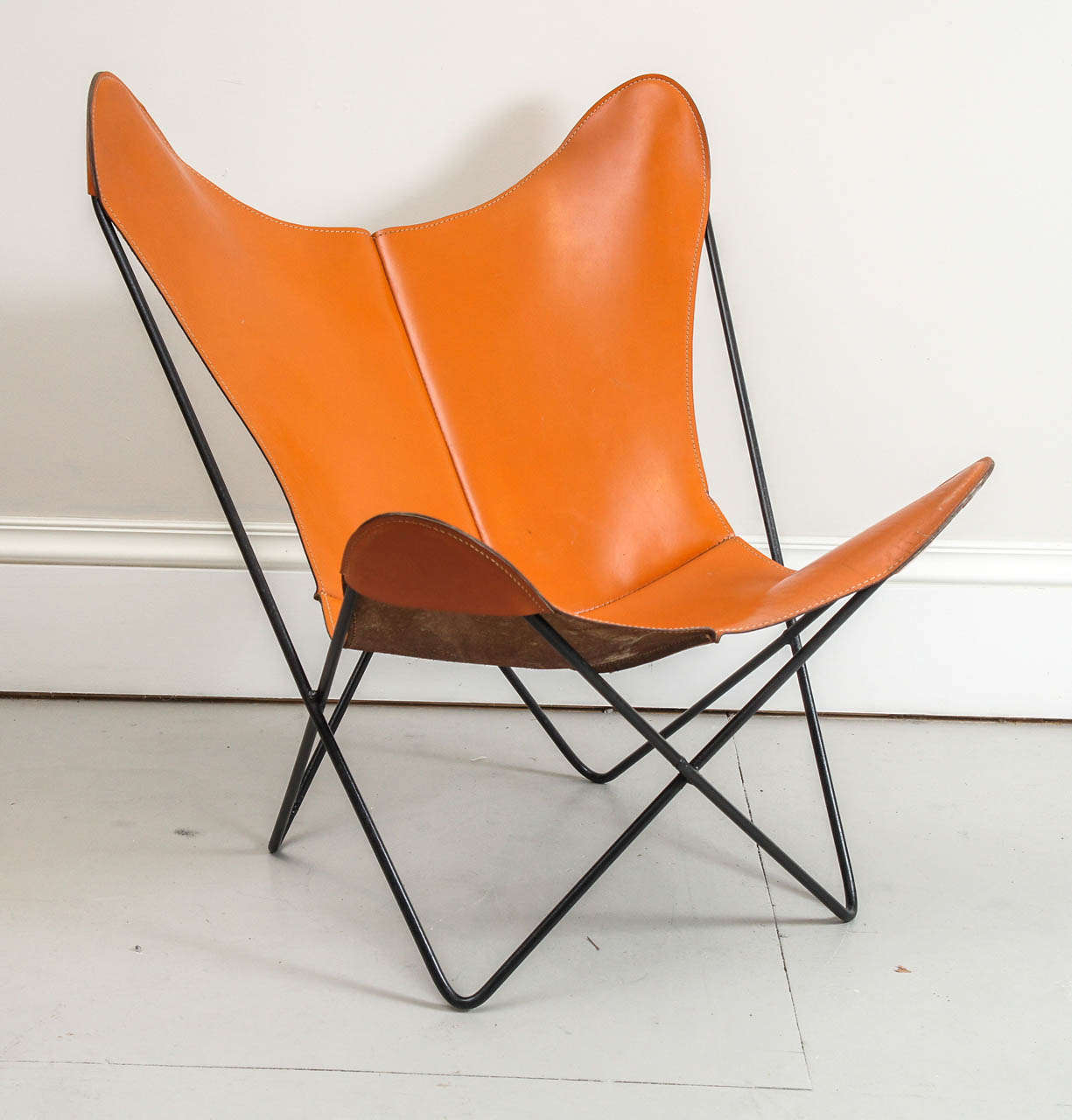 mid century hardoy butterfly chair in leather at 1stdibs. Black Bedroom Furniture Sets. Home Design Ideas