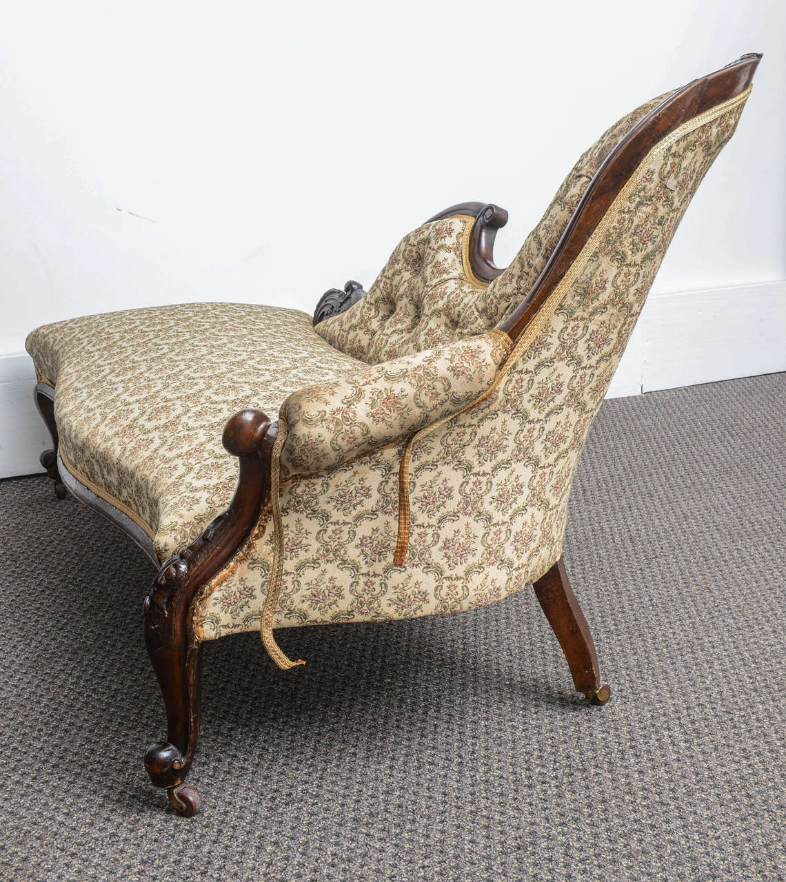 Superb english walnut cabriolet legs chaise longue at 1stdibs for Chaise longue in english