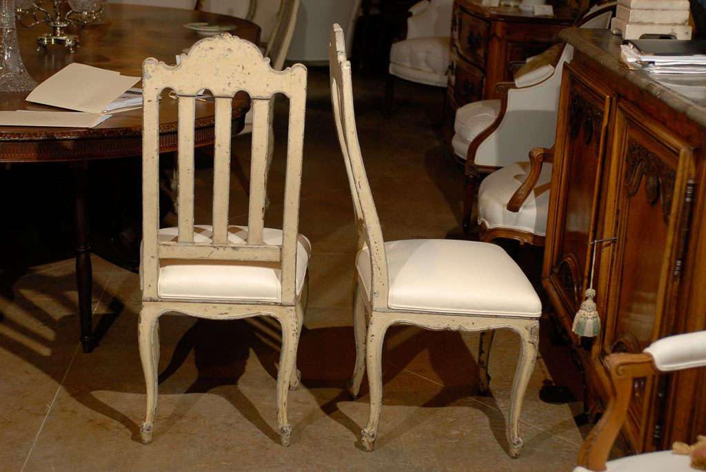 Set of Six Rococo Style Belgian Painted Dining Room Chairs with Carved Crests For Sale 1
