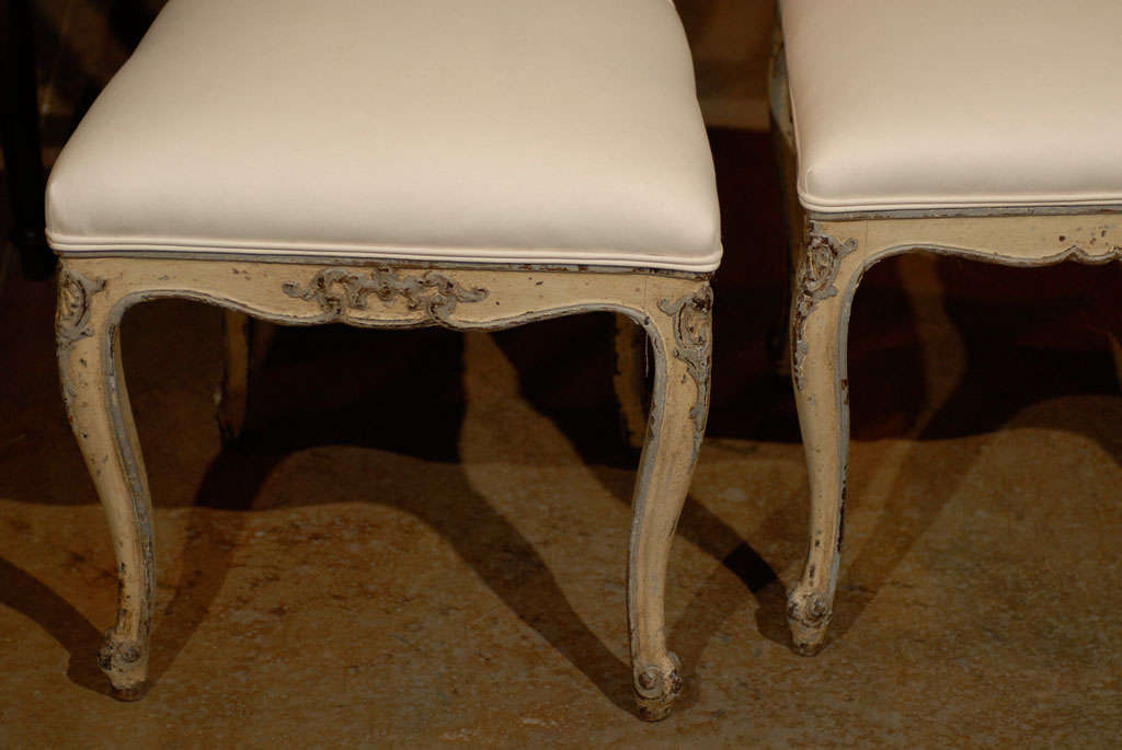 Set of Six Rococo Style Belgian Painted Dining Room Chairs with Carved Crests For Sale 4
