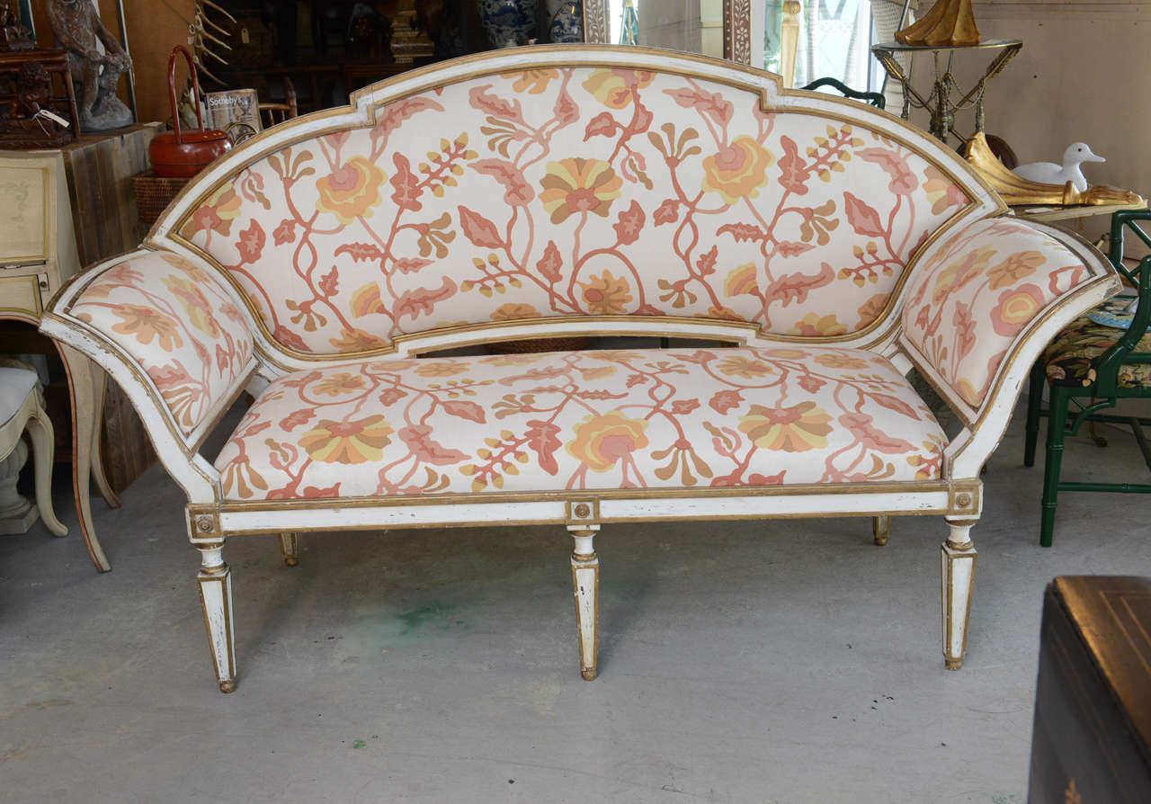 Painted and gilded 18th century Venetian settee newly upholstered with exquisite crewel fabric. The back is removable.
