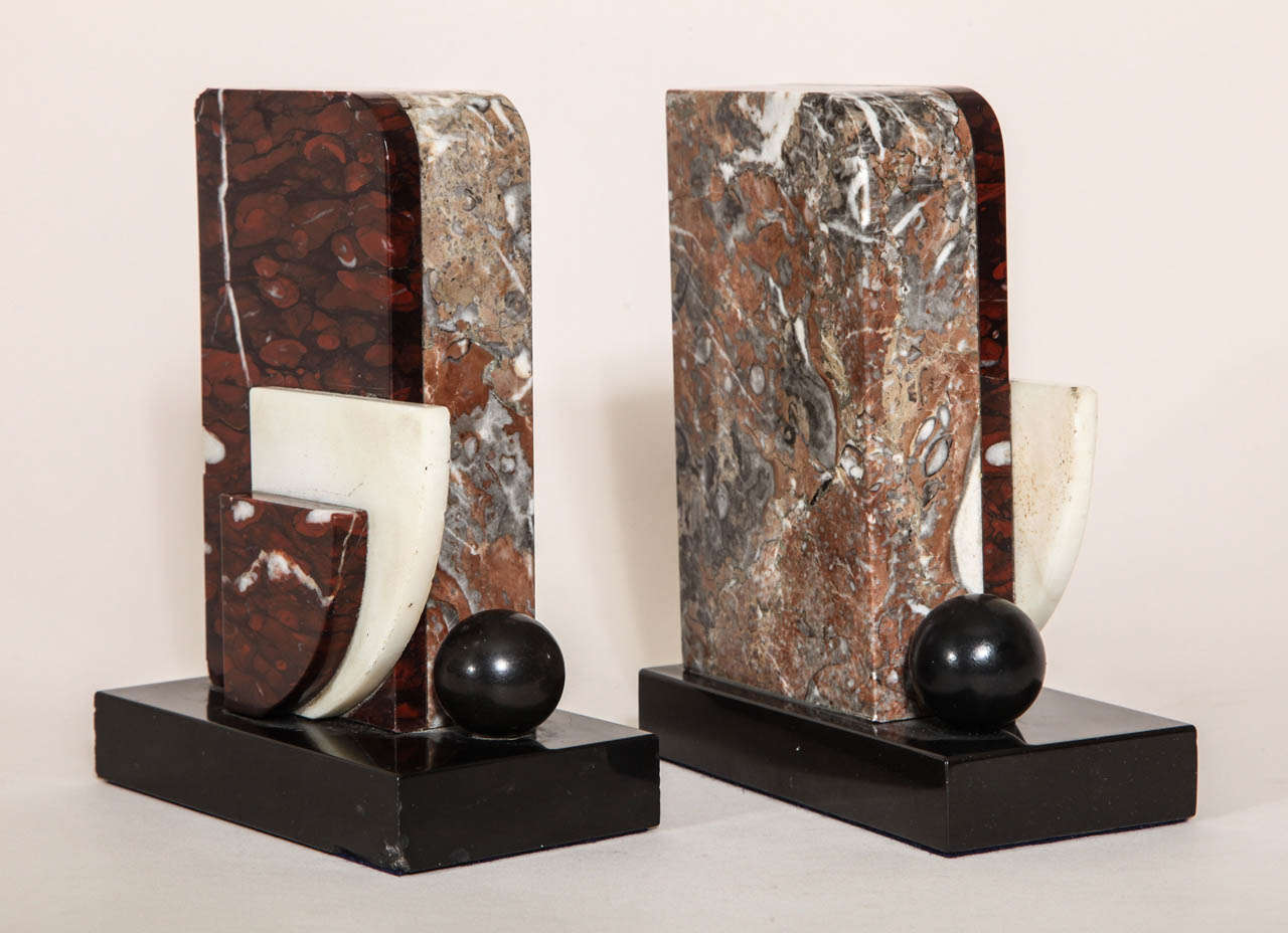 French Art Deco Marble and Patinated Metal Bookends In Good Condition For Sale In New York, NY