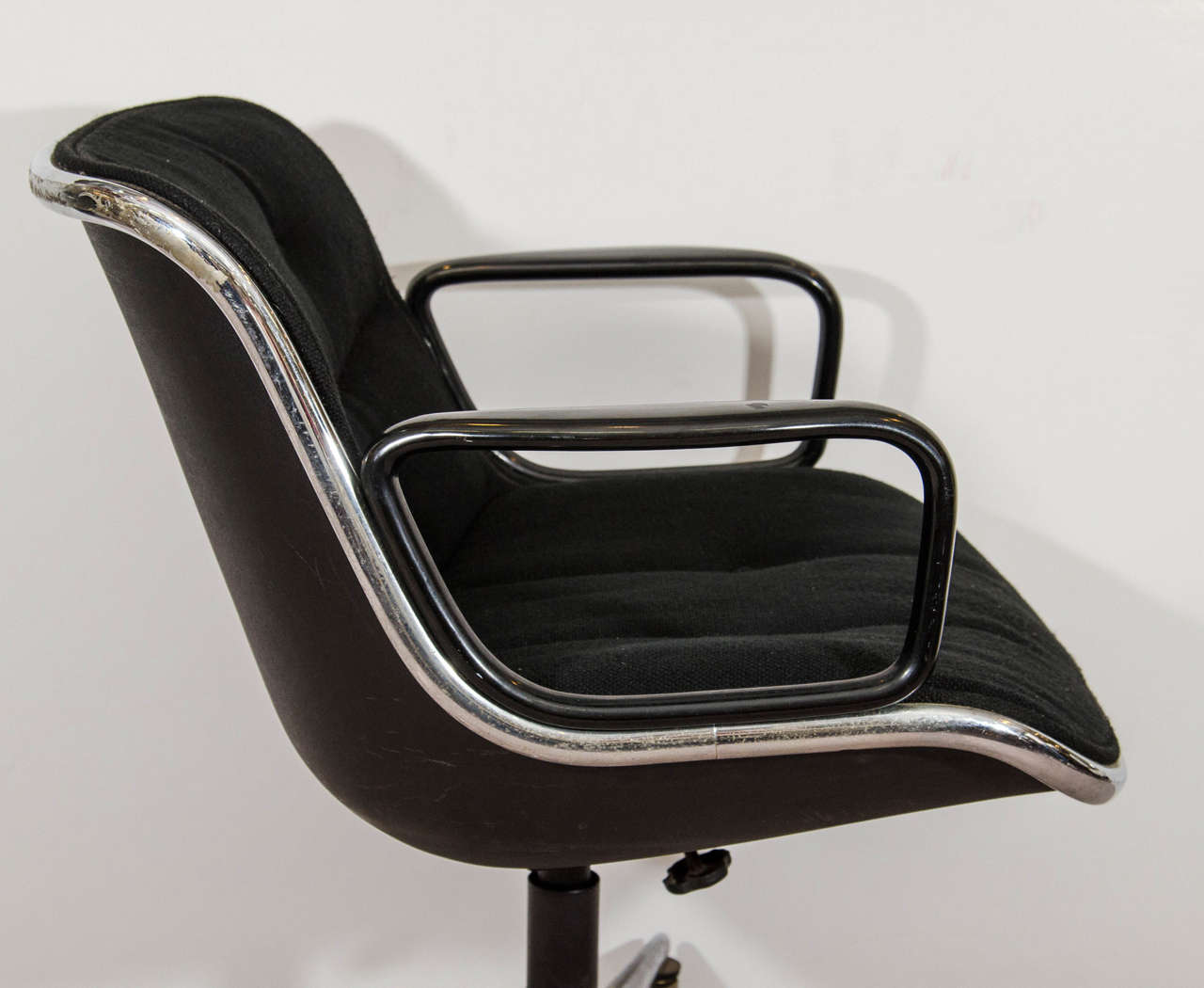 Midcentury Charles Pollock for Knoll Executive Chair with Original Label In Good Condition For Sale In New York, NY