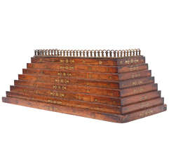 Regency-Stil Treppenartige Auslage aus Messing, 19. Jahrhundert