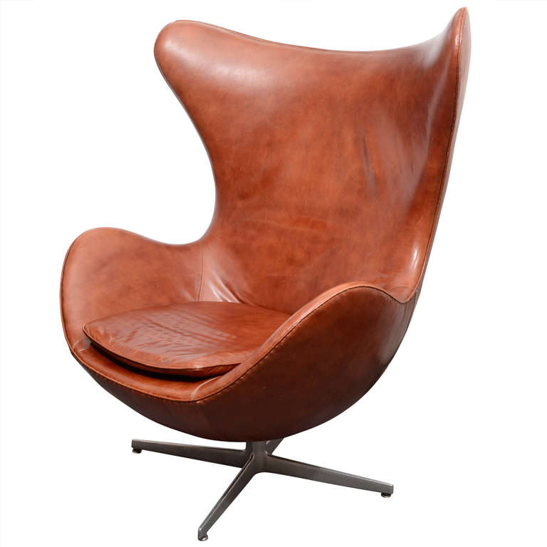 Merveilleux Vintage Egg Chair In Brown Leather By Arne Jacobsen For Sale