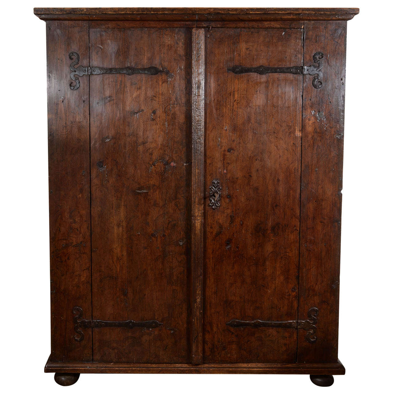 Delicieux 17th Century Rustic German Armoire For Sale