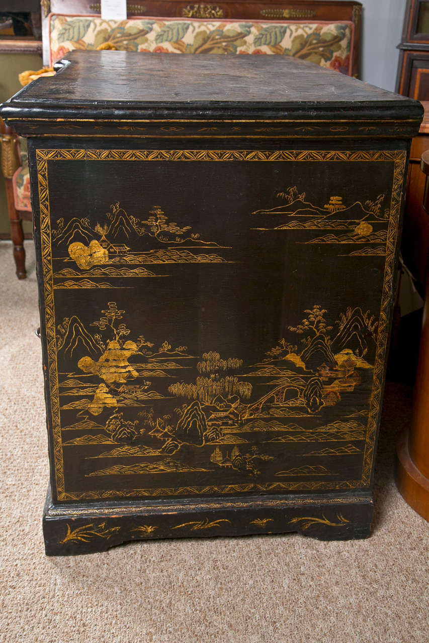 18th-19th Century Chinese Export Chinoiserie Lacquer Decorated Knee Hole Desk For Sale 3