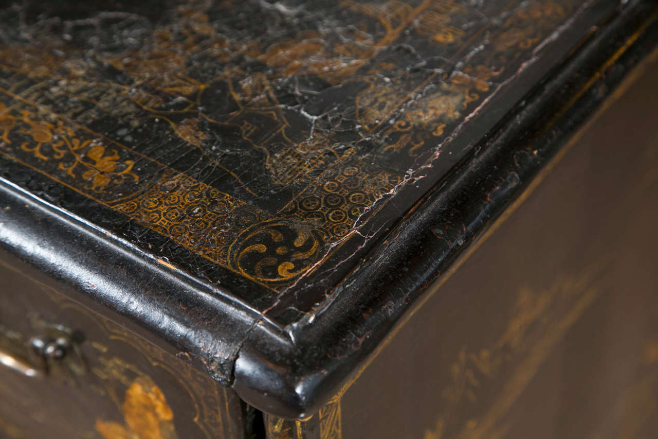 18th-19th Century Chinese Export Chinoiserie Lacquer Decorated Knee Hole Desk For Sale 4