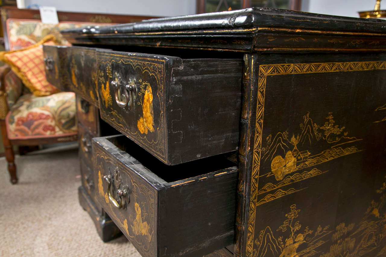 18th-19th Century Chinese Export Chinoiserie Lacquer Decorated Knee Hole Desk For Sale 5