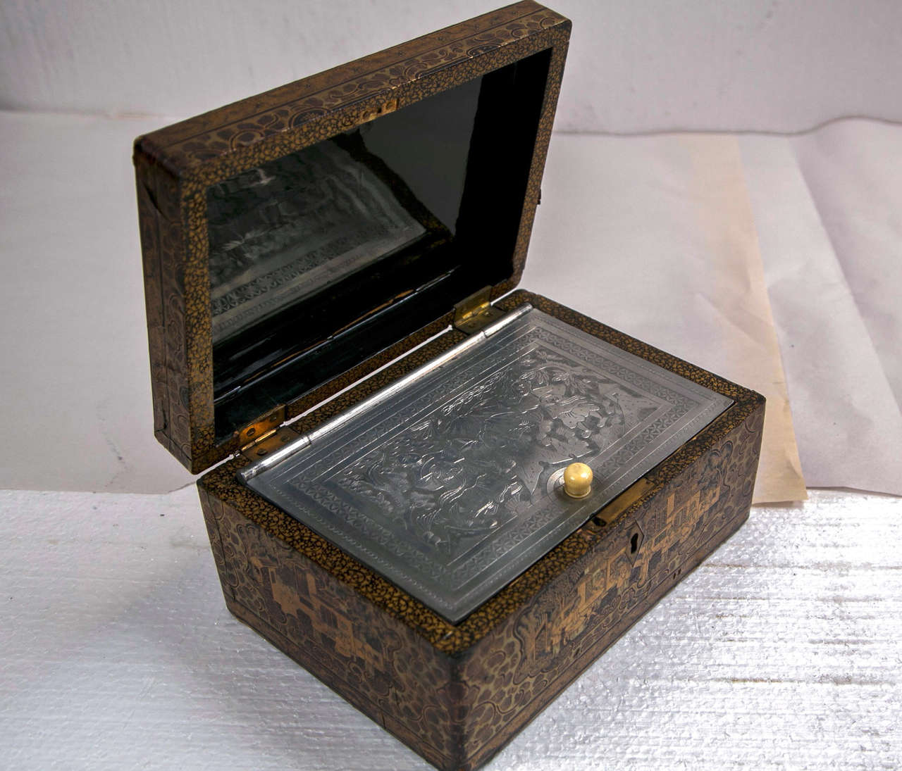 19th Century Chinoiserie Antique Humidor Jewelry Box In Good Condition For Sale In Stamford, CT