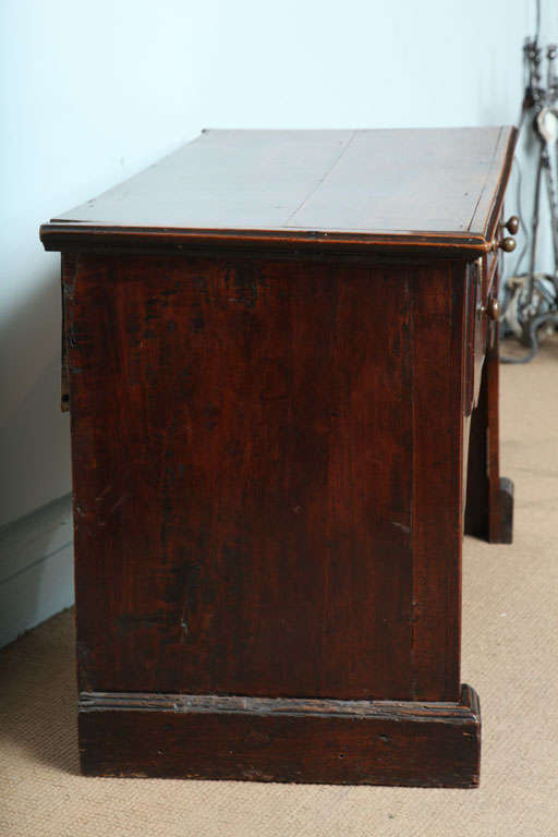 18th c. English Solid-Side Fruitwood Lowboy In Good Condition For Sale In New York, NY