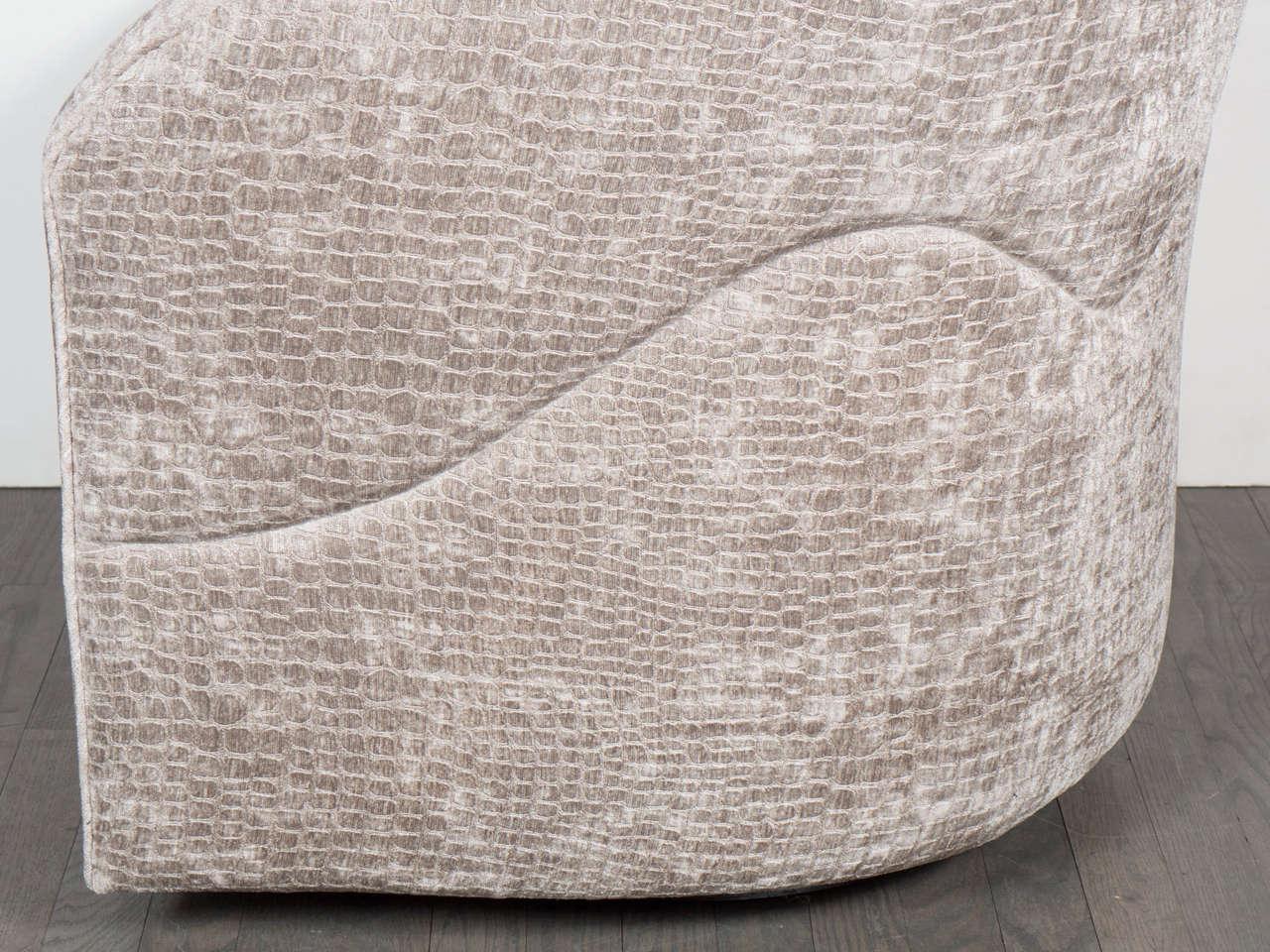 Mid-Century Modernist Swivel Chair by Milo Baughman in Crocodile Velvet For Sale 2