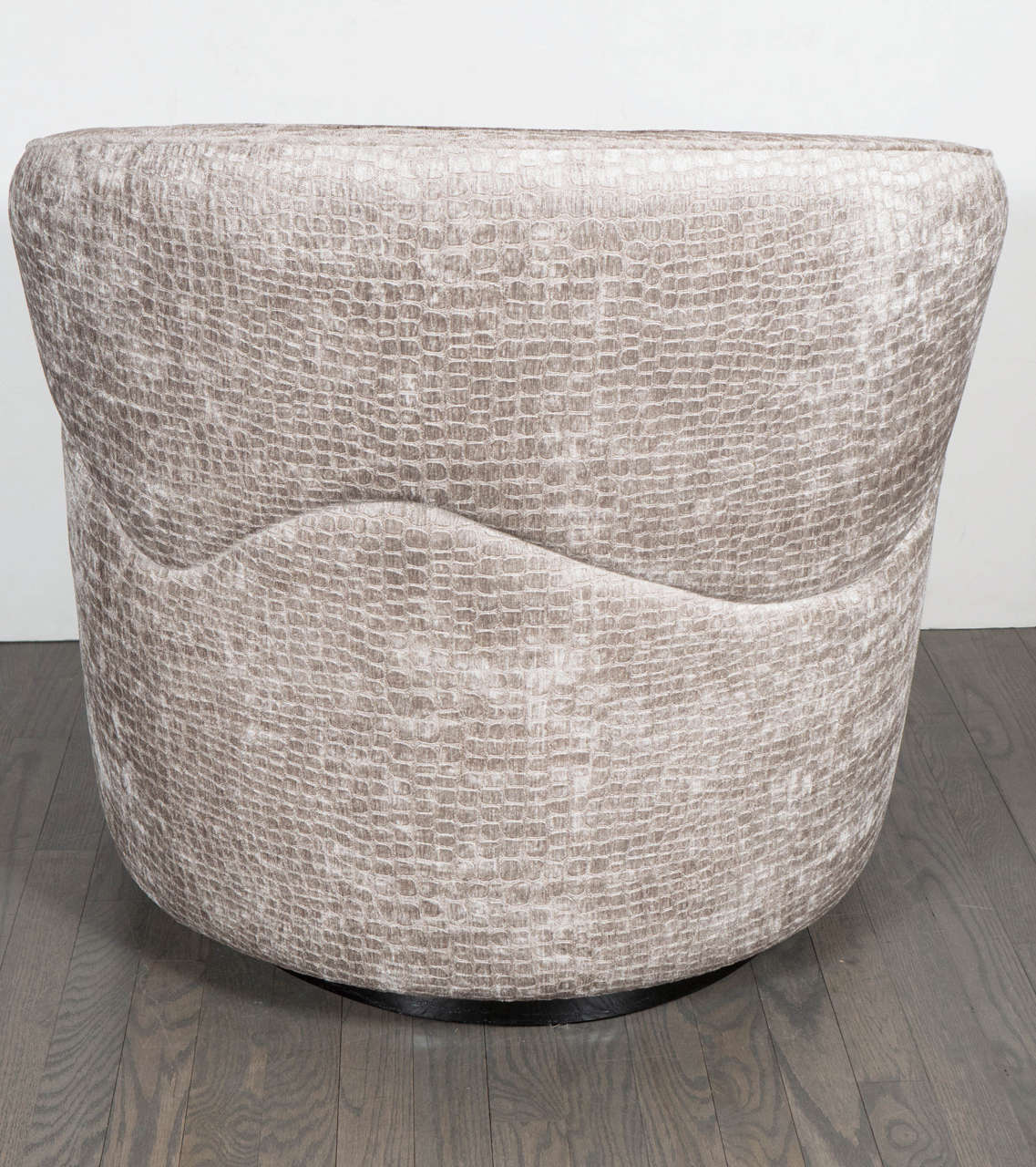 Mid-Century Modernist Swivel Chair by Milo Baughman in Crocodile Velvet For Sale 3