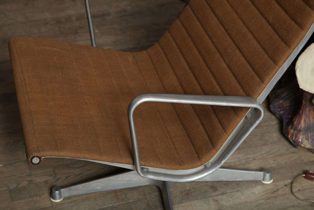 Pair of Eames Aluminum Group Chairs In Good Condition For Sale In New York, NY
