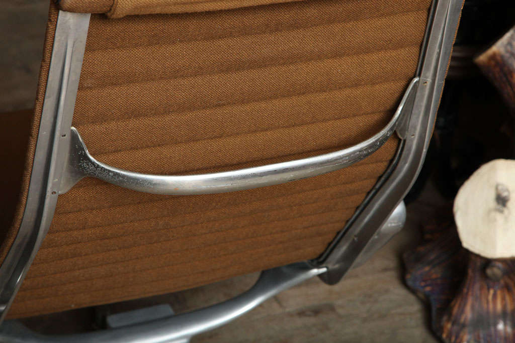 Pair of Eames Aluminum Group Chairs For Sale 3