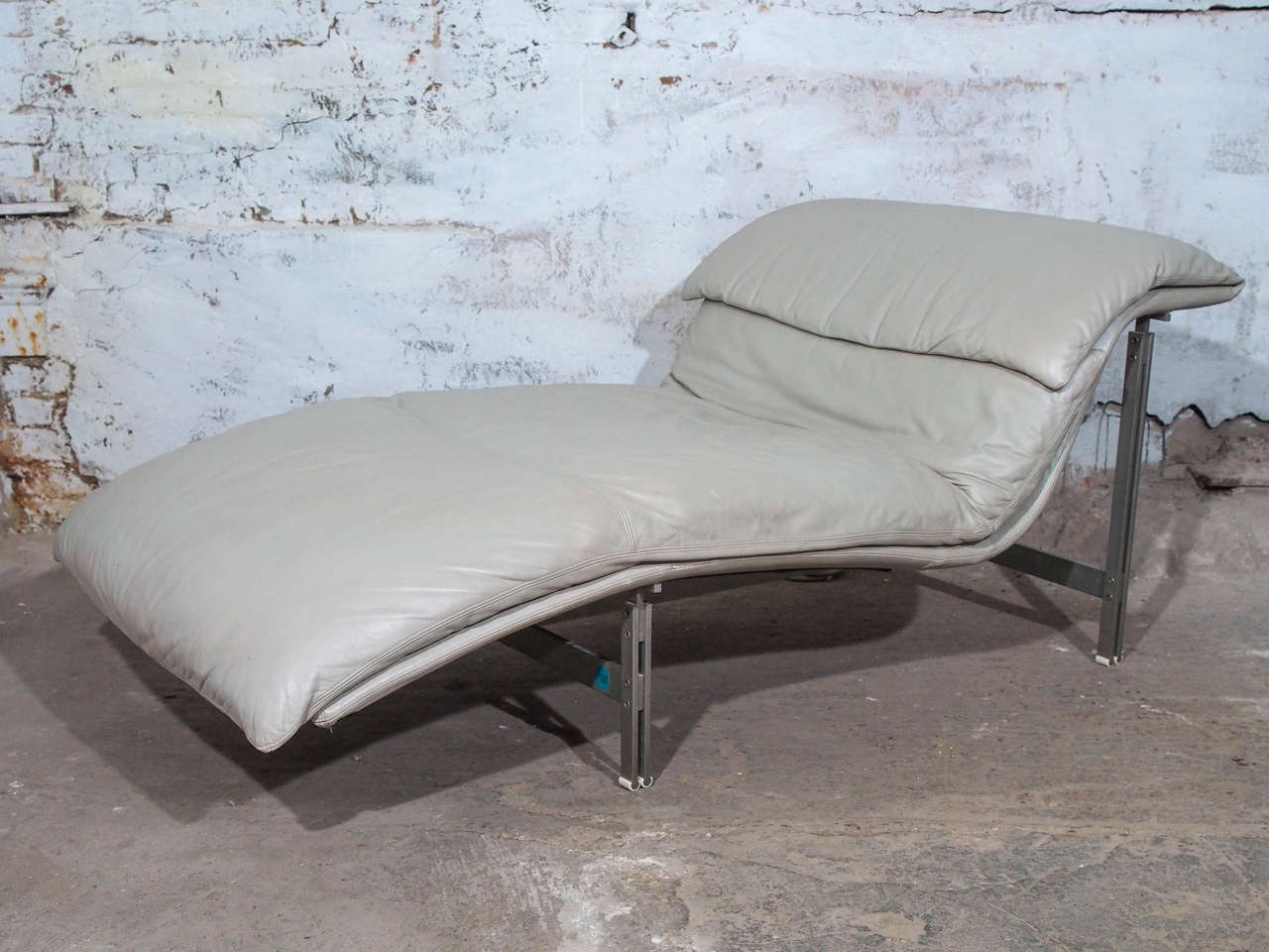 Leather wave chaise longue chair by giovanni offredi for for Chaise longue wave