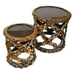 Paar runde Beistelltische aus versilbertem Holz mit Rauchglasplatten