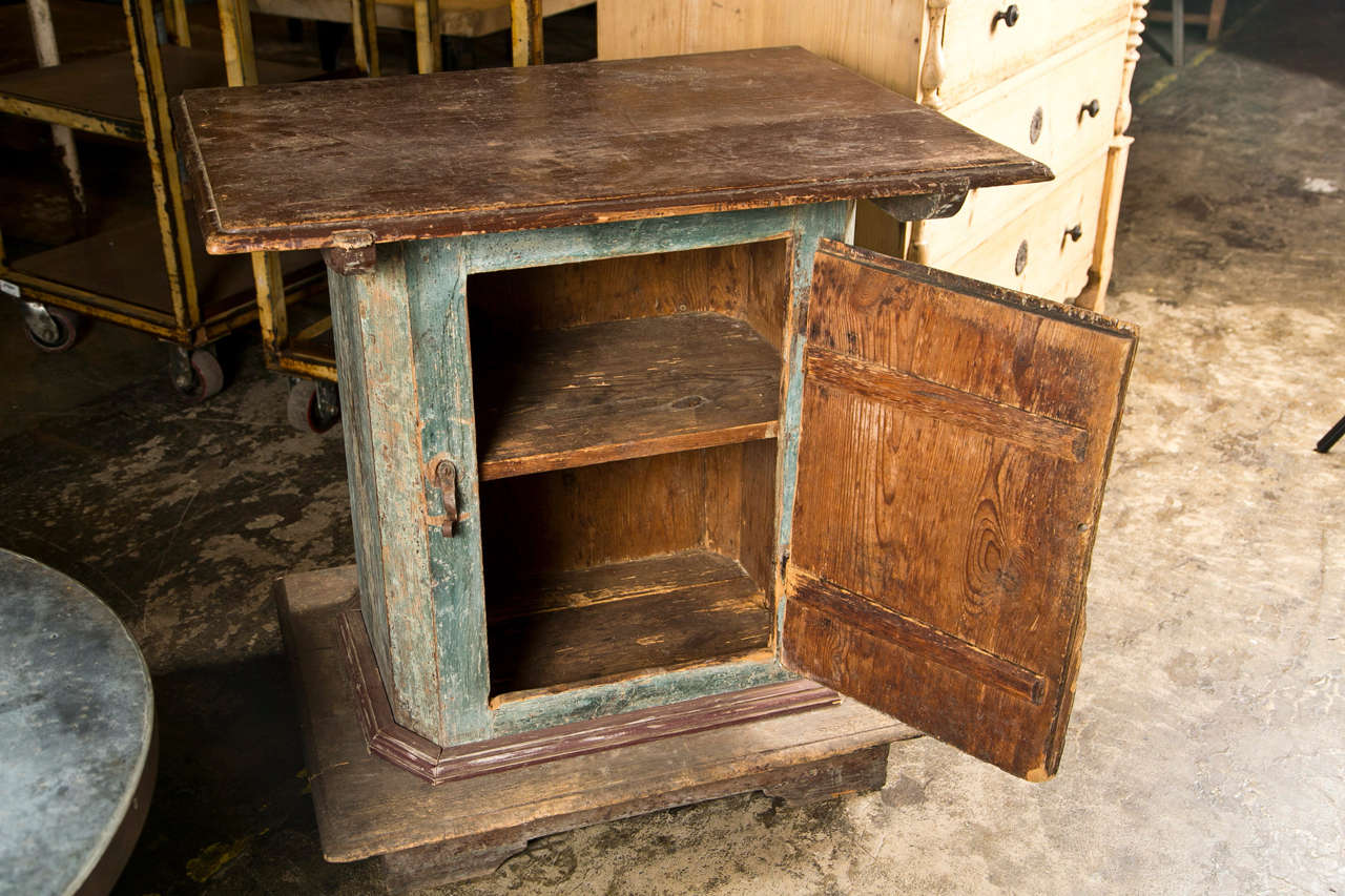 Swedish Painted Pedestal Cabinet with One Door in Original Paint Finish, c. 1780 For Sale 1