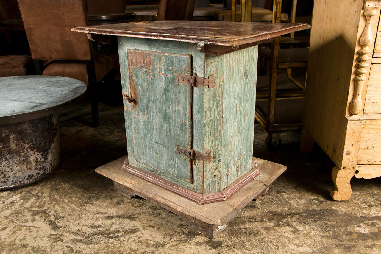 Swedish Painted Pedestal Cabinet with One Door in Original Paint Finish, c. 1780 For Sale 4