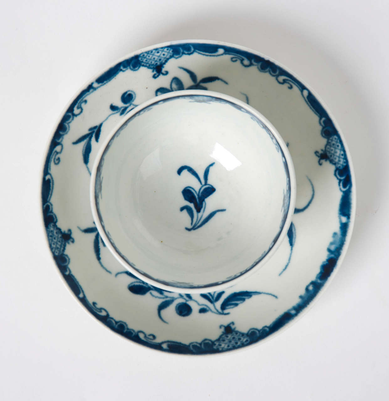 Hand-Painted First Period Worcester Porcelain Tea Bowl and Saucer Mansfield Pattern, Ca 1765 For Sale