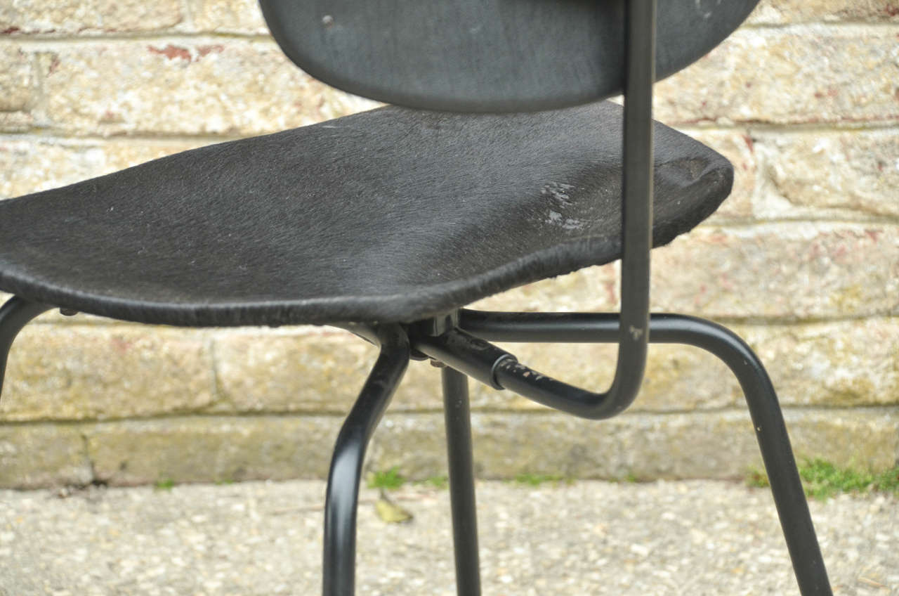 Two Pair of SE - 68 Chairs by Egon Eiermann in Original Cowhide For Sale 2