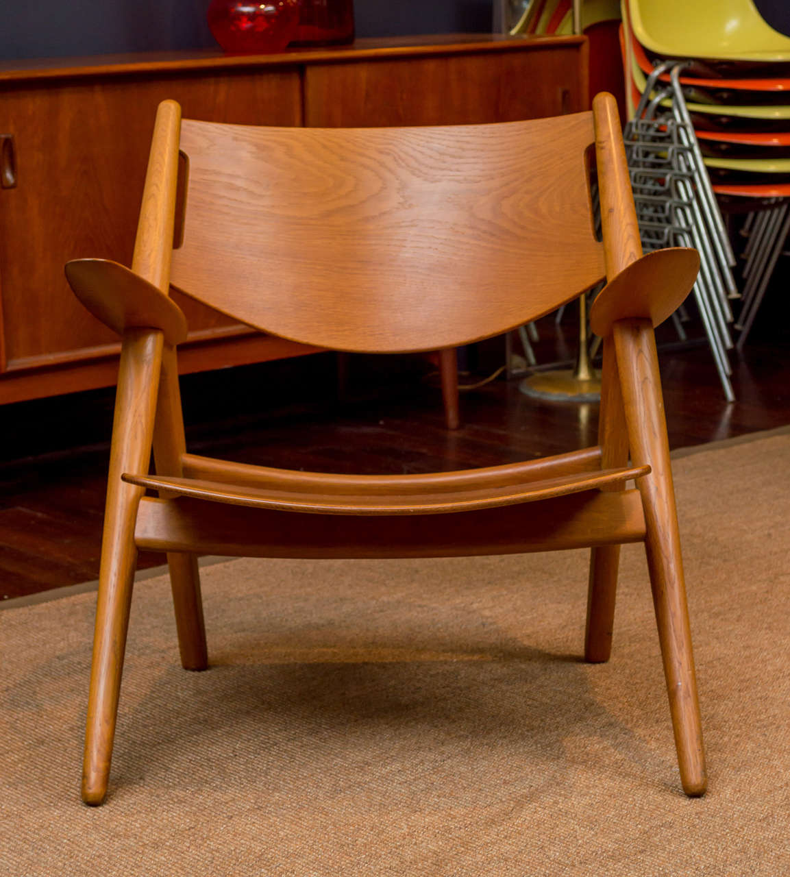 Sculptural and comfortable teak and oak lounge chair designed by Hans J Wegner for Carl Hansen & Son.  Branded mark, in excellent original condition.