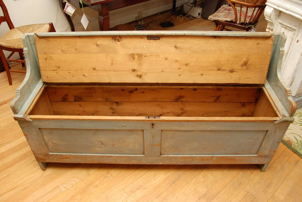 Painted English Bench with Lift Seat In Excellent Condition For Sale In Sheffield, MA